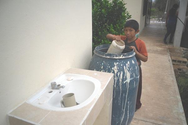 Griselda Martínez podría generar un serio problema de salud al cobrar agua a escuelas públicas